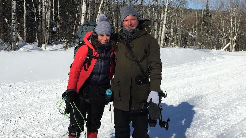Les réalisateurs de Pisikotan Myriam Leblond et Pierre-Luc Racine dans un décor hivernal.