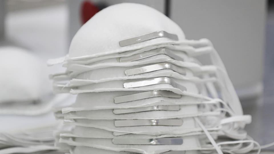Une pile de masques N95.