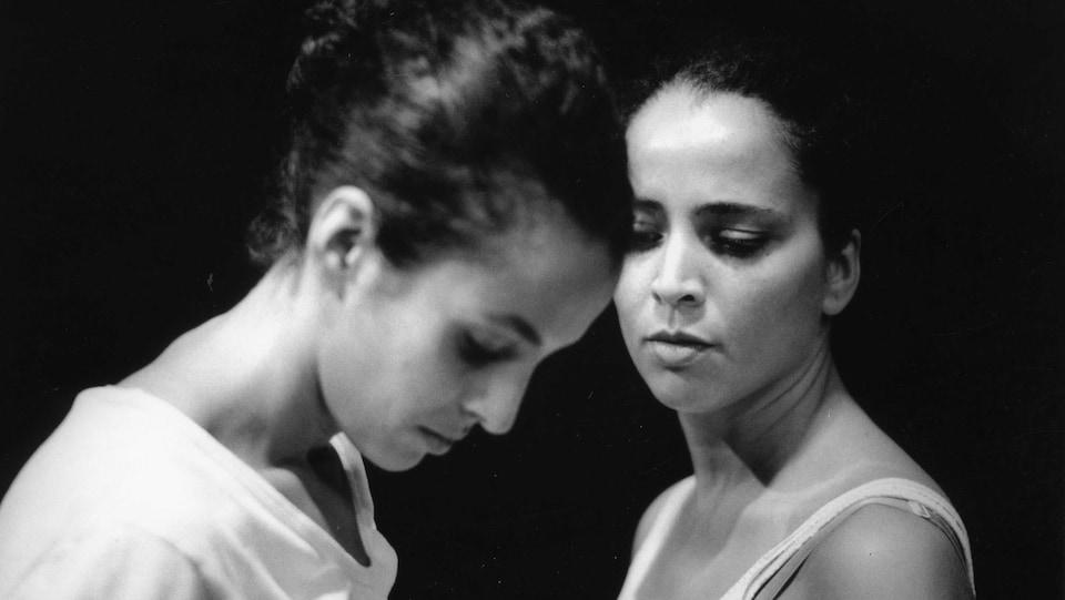 Une photo en noir et blanc de deux femmes aux traits similaires.