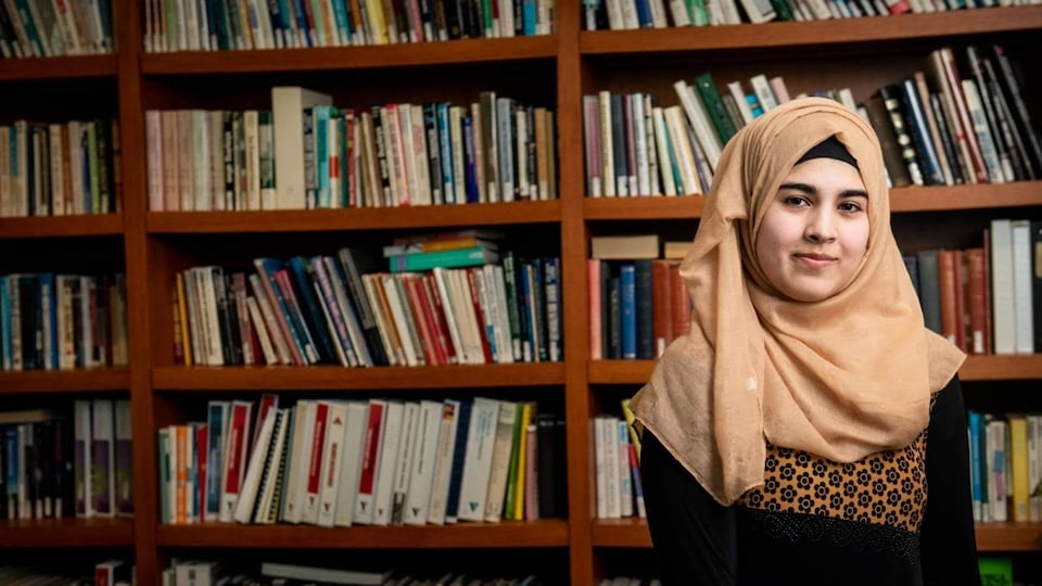 Nada Al Baradan dans une bibliothèque.