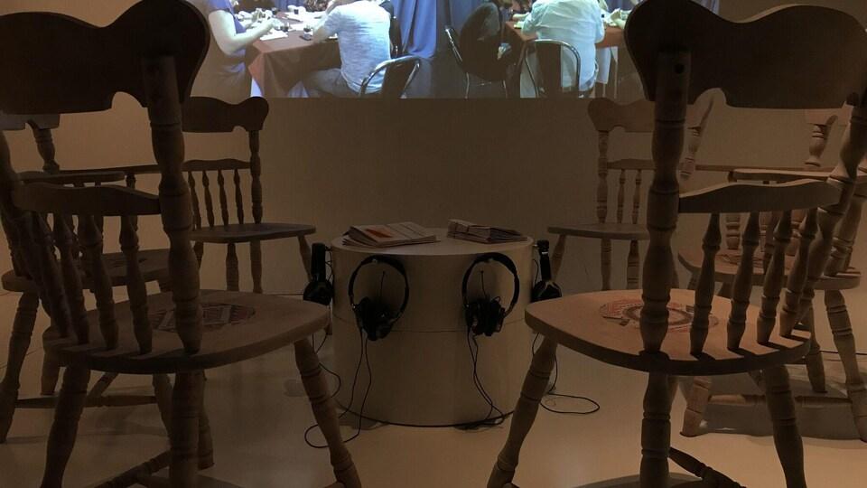 «A Casual Reconstruction, Remix», une oeuvre de Nadia Myre présentée dans le cadre de l'exposition permanente Porter son identité – la collection Premiers Peuples au Musée McCord à Montréal.