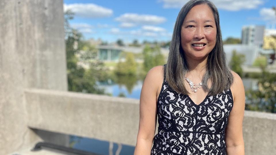 Nadine Changfoot devant une rivière