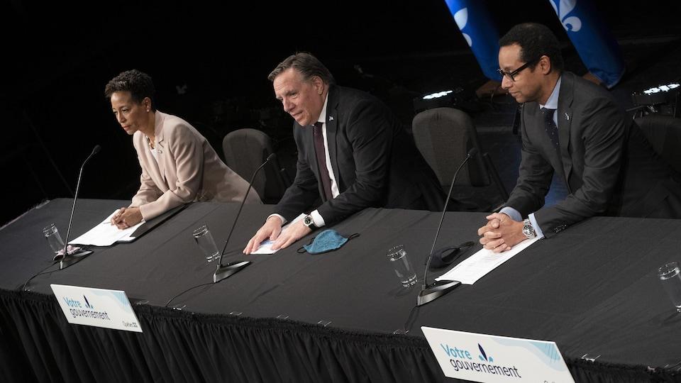 Nadine Girault, François Legault et Lionel Carmant en conférence de presse.