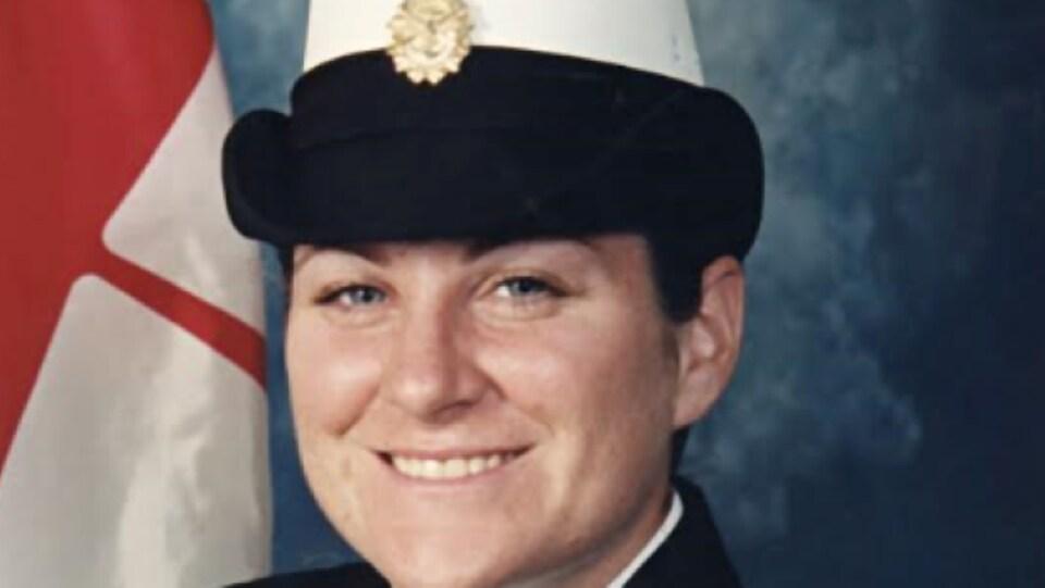 Nadine Schultz-Nielsen, une ancienne membre des Forces armées canadiennes, soutient avoir été tripotée à plusieurs reprises, sans son consentement, alors qu'elle servait sur un navire de la Marine royale canadienne, en 2012.