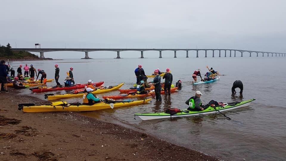 Les nageurs et leur kayaiste se préparent pour la traversée du détroit de Northumberland.