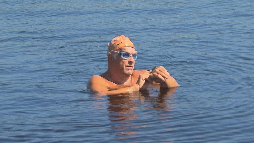 un nageur regarde son temps.