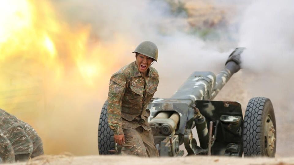 Un soldat arménien près d'une pièce d'artillerie.