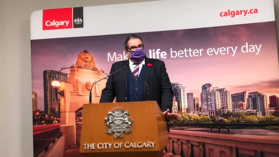 Le maire de Calgary livre un discours.