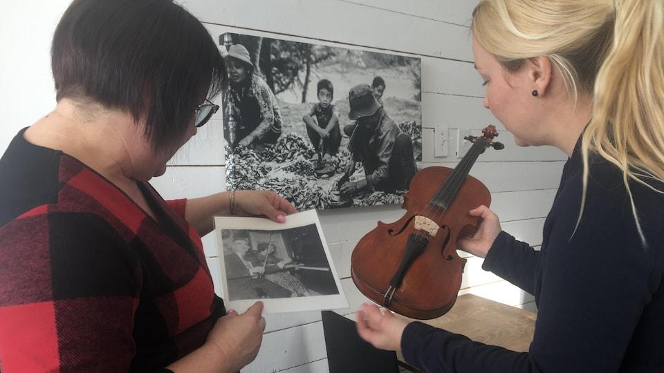 Nancy Beaulieu et Sophie Lavoie regardent une photo.