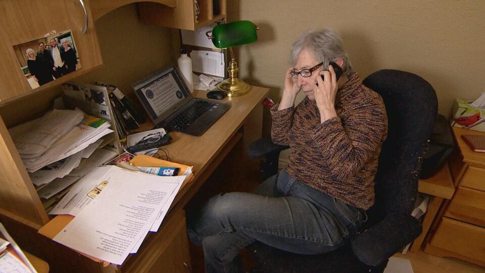 Naomi Rankin, chef du Parti communiste, au téléphone.