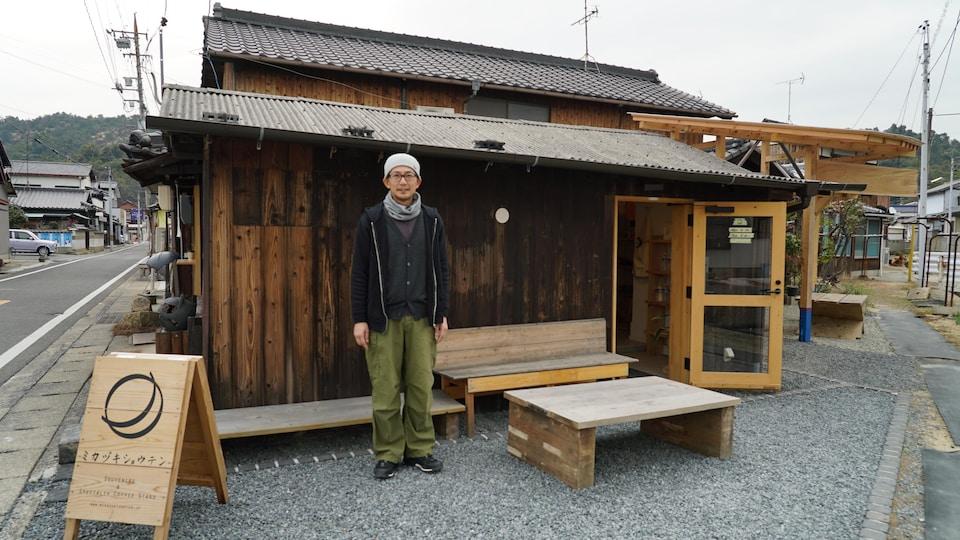 Masaomi Komoto devant son café à Naoshima.