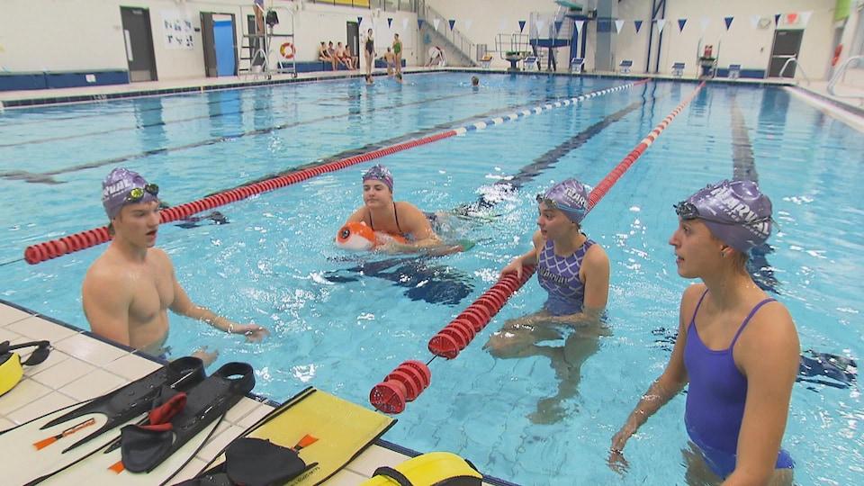 Quatre sauveteurs sportifs dans la piscine du Centre Mario Tremblay à Alma.