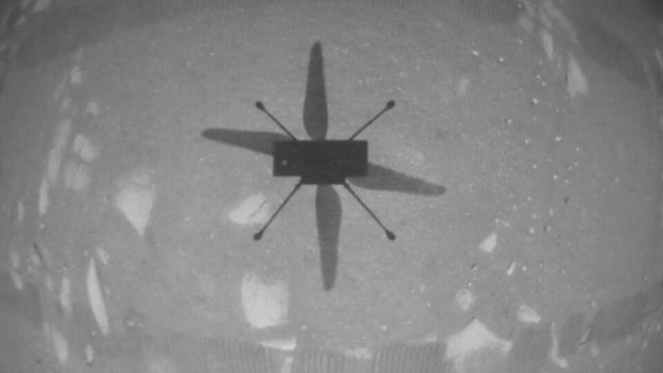 Image captée par Ingenuity de son ombre sur la surface martienne.