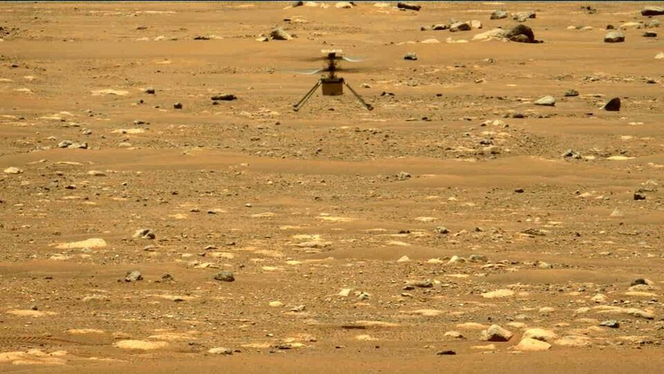 Un petit appareil survole le sol martien..