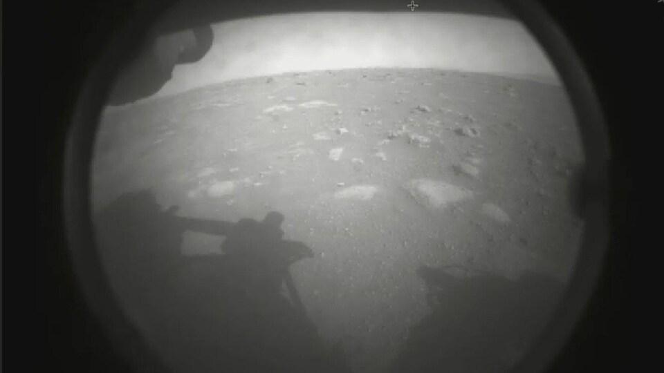 La première image de la surface martienne prise par le robot Perseverance.