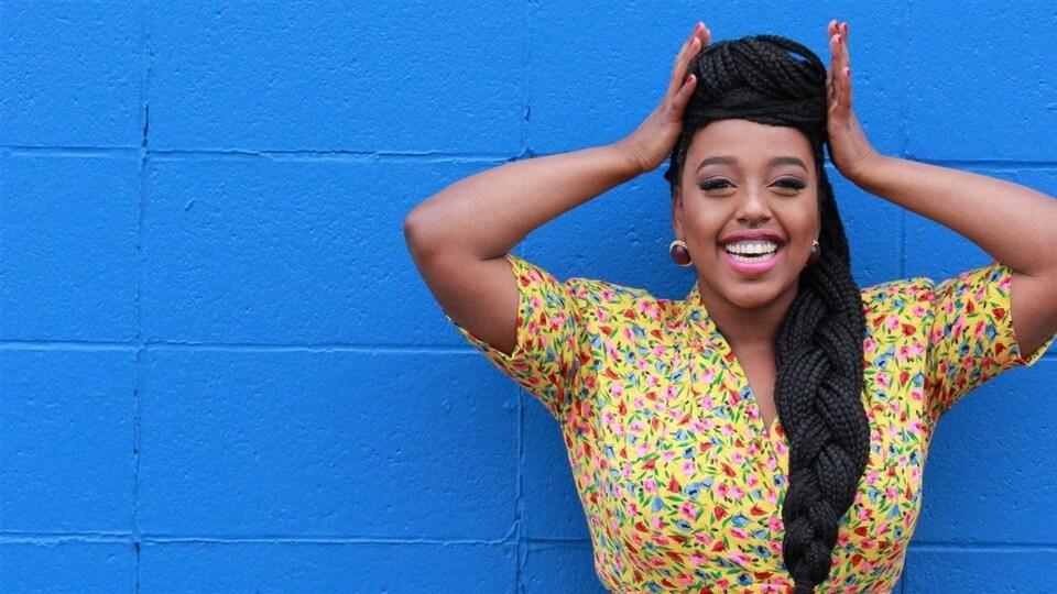 Nasra Adem, poétesse lauréate des jeunes à Edmonton et membre du groupe Black Girl Magic.