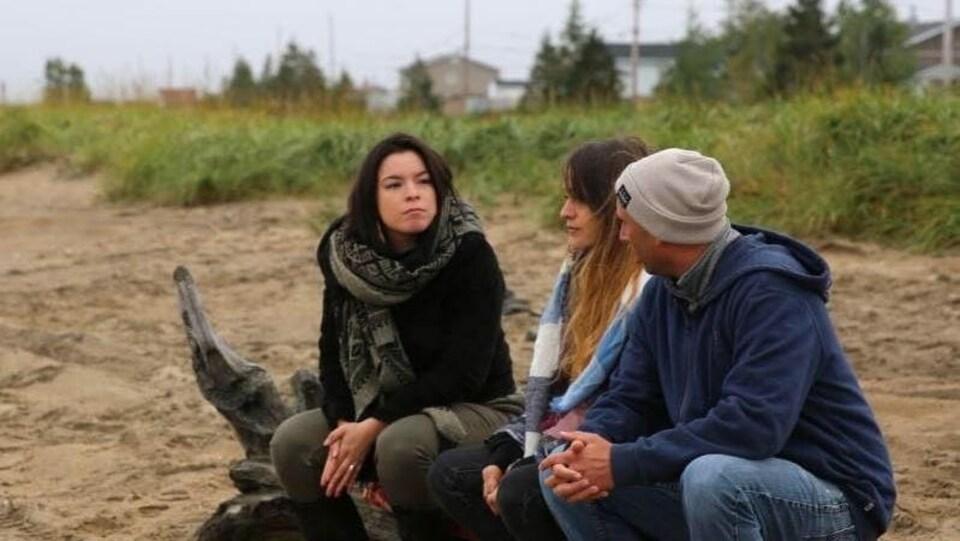 Natasha Kanapé-Fontaine en compagnie de deux jeunes à Pessamit.