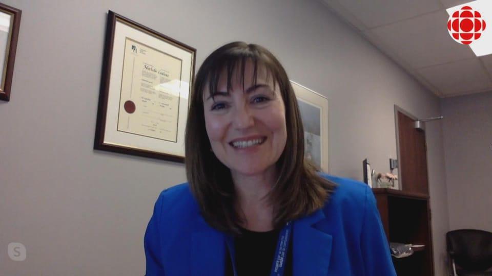 Une femme donne une entrevue par vidéoconférence.