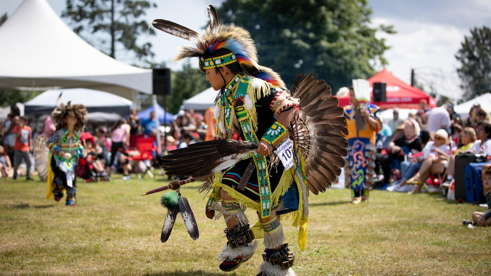 Un membre de la nation Squamish danse lors du pow-wow à West Vancouver.