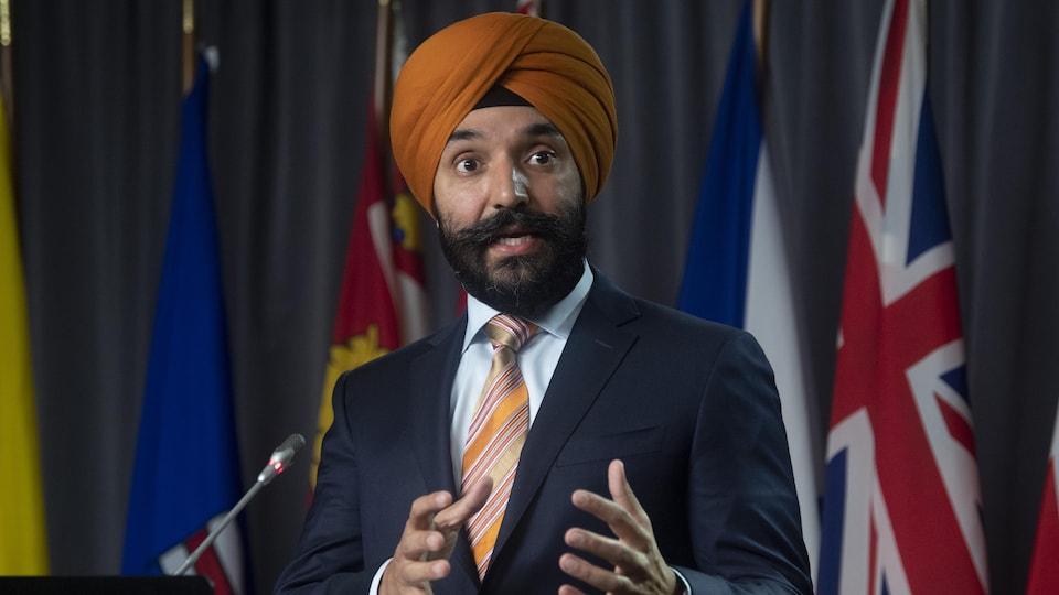 Le ministre Bains, lors d'une conférence de presse en novembre 2020