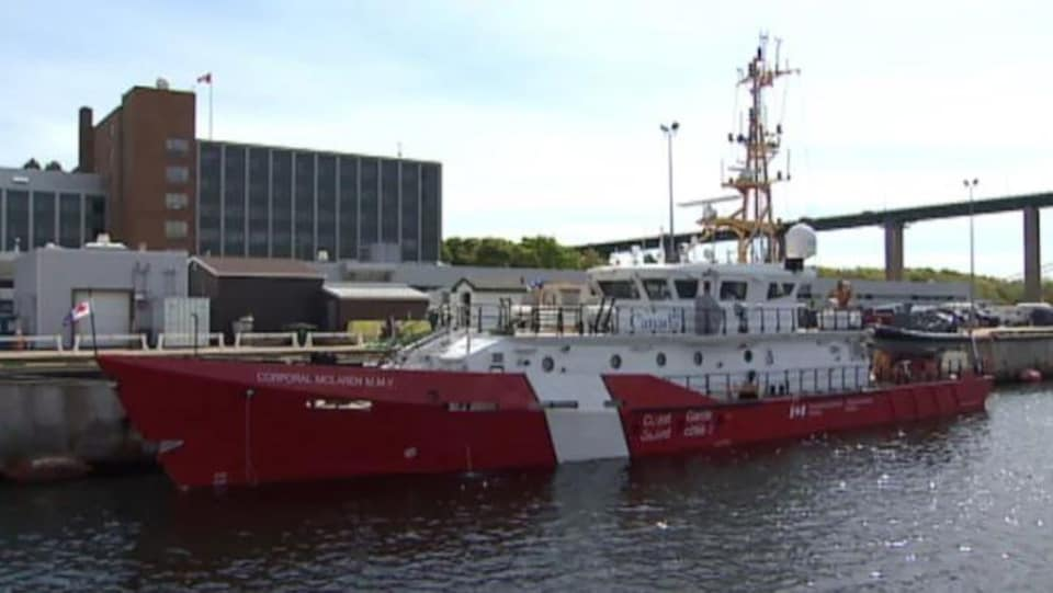 Le navire Corporal McLaren au port, en été.
