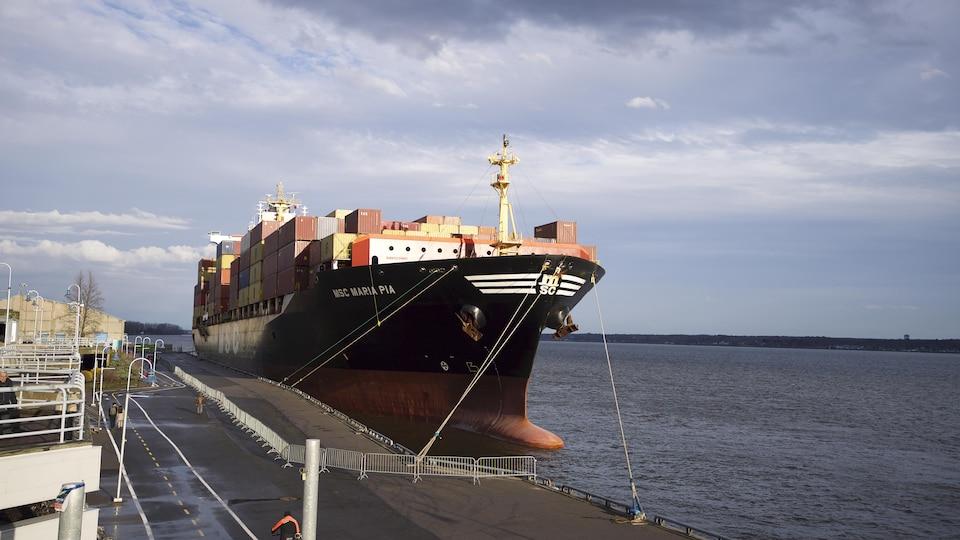 Le navire accosté au port.