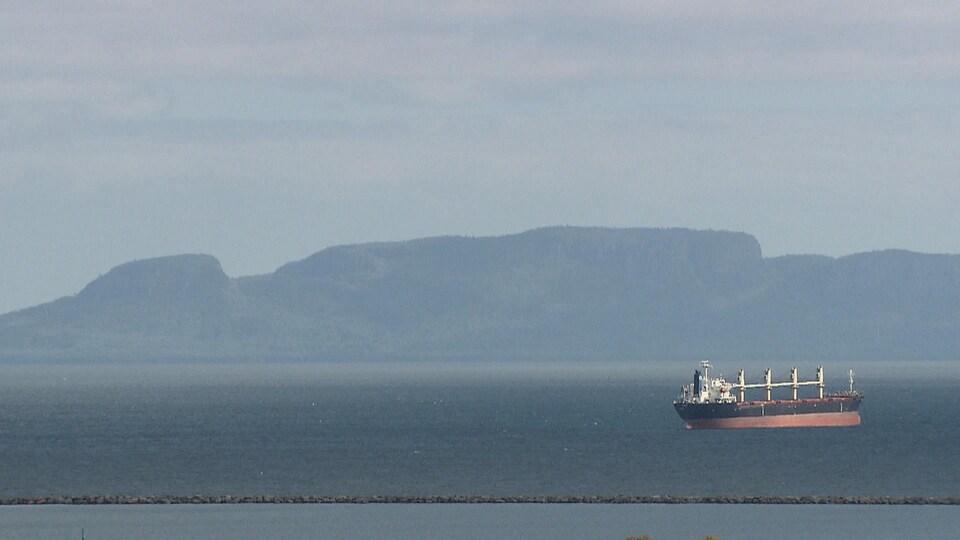 Un navire sur le lac Supérieur devant une île près de Thunder Bay, en Ontario.