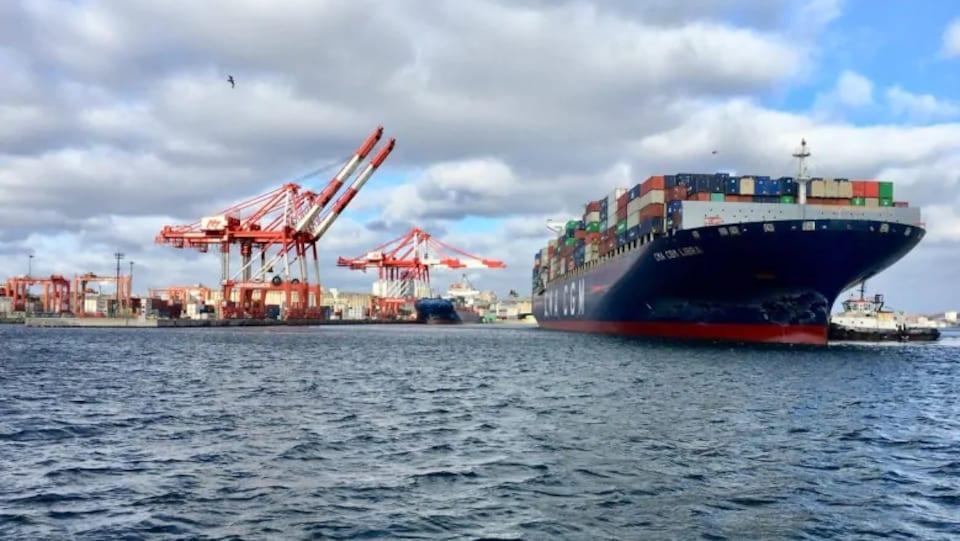 Un navire porte-conteneur accoste au port d'Halifax.