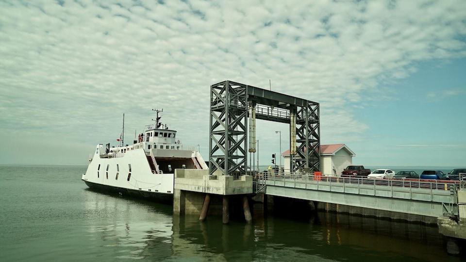 Le navire au quai de Trois-Pistoles.