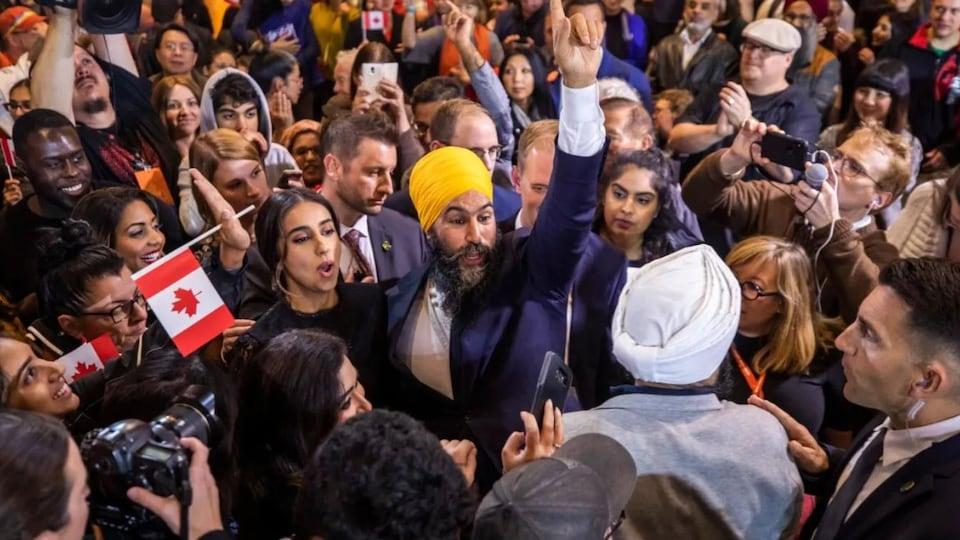 Le chef du NPD, Jagmeet Singh, célèbre après sa victoire électorale.