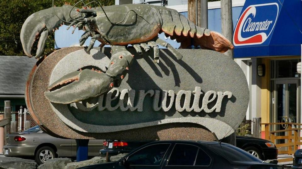 La représentation d'un homard géant est installée sur une affiche de béton sur laquelle on peut lire «Clearwater».
