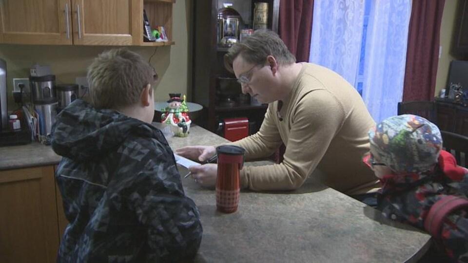Graham MacDonnell aide ses enfants à se préparer pour l'école. Il a accepté que son nom soit utilisé pour le nom de jeune fille de la mère de ses enfants.