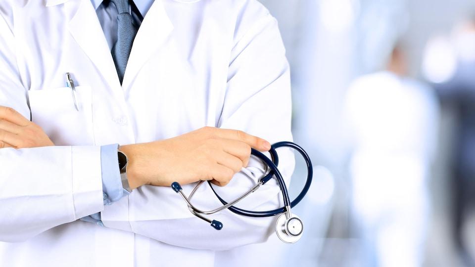 Un médecin portant une blouse blanche.