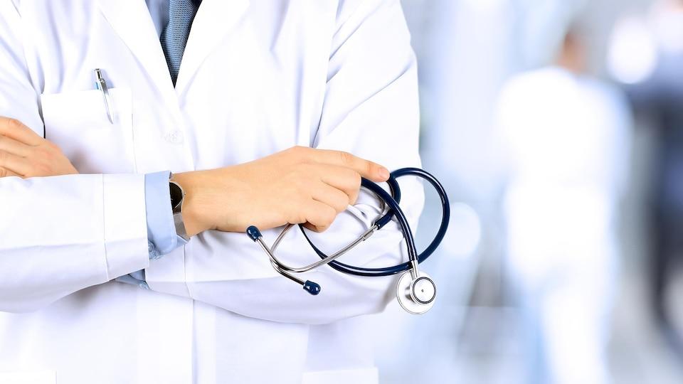 Médecin tenant un stéthoscope.