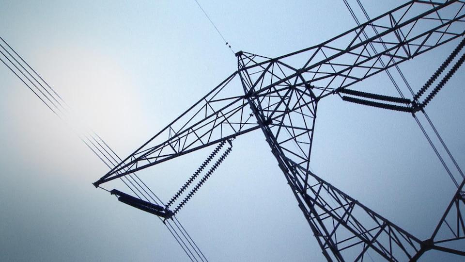 Gros plan d'un pylône d'électricité.