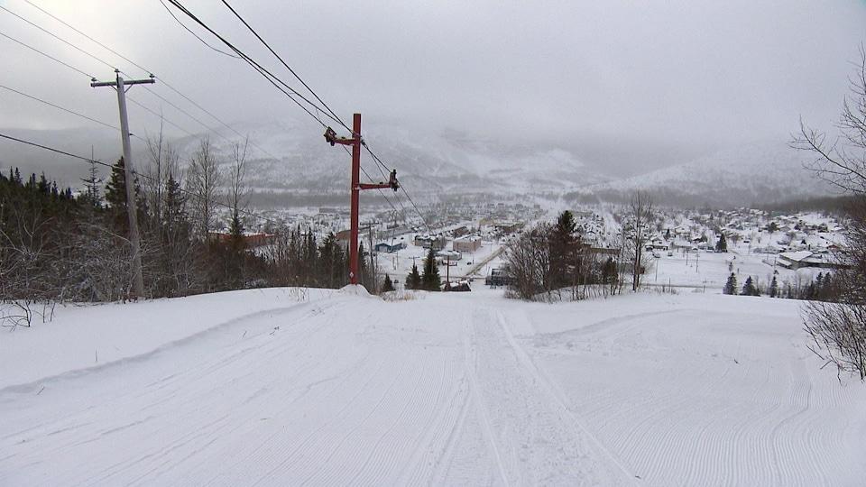 Vue de Murdochville de la piste de ski.