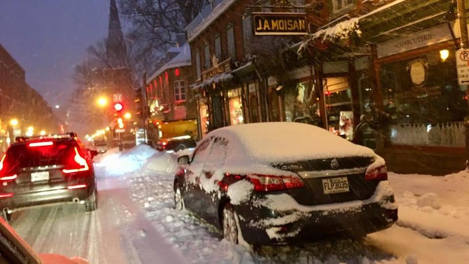 La neige était déjà abondante tôt mardi matin, sur la rue Saint-Jean, à Québec.