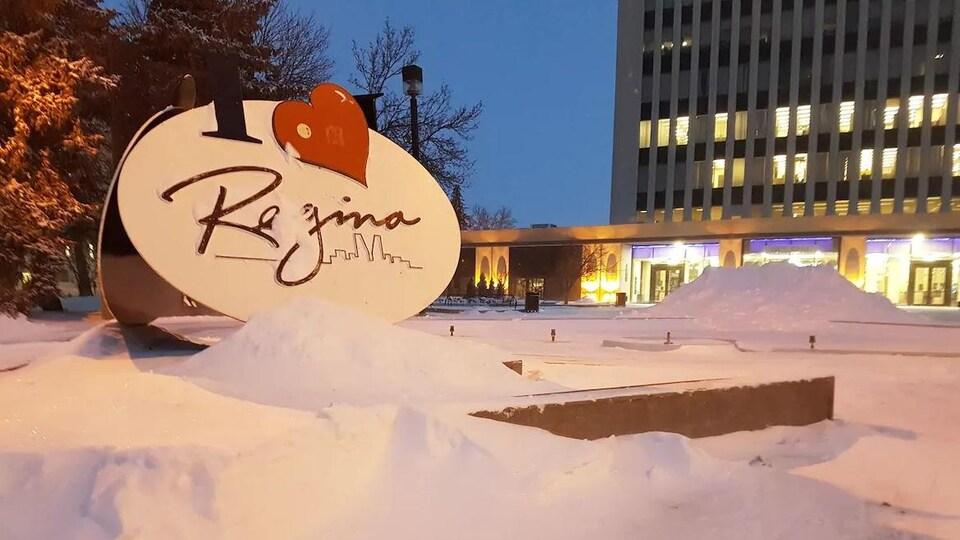 La neige tombée près de l'hôtel de ville de Regina.