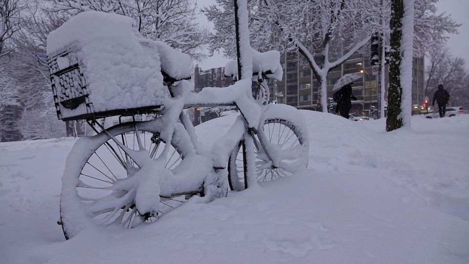 Un vélo sous la neige