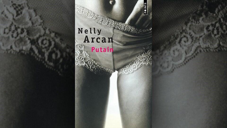 Une femme est en sous-vêtement.