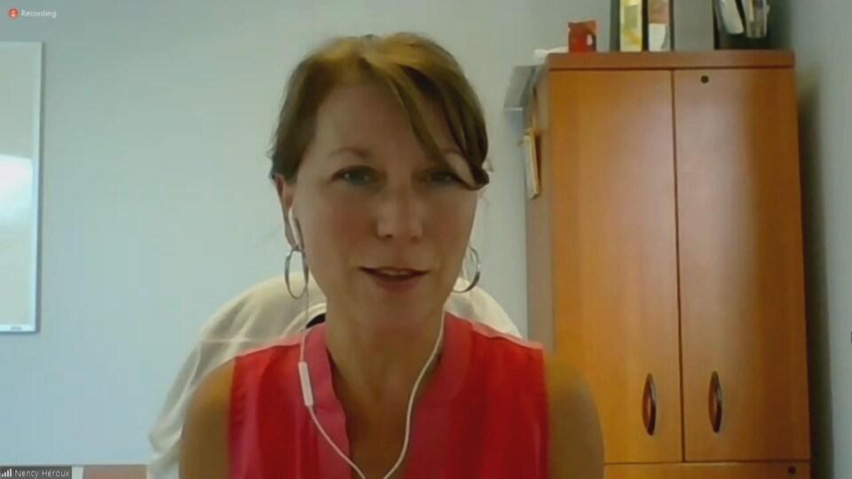 Capture d'écran de Nency Héroux lors d'un point de presse virtuel.