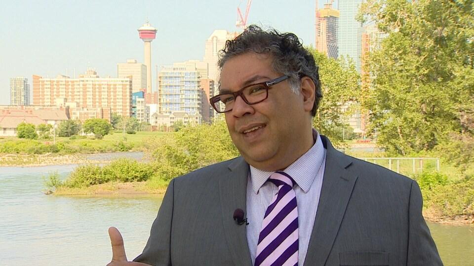 Naheed Nenshi parlant des projets d'infrastructure pour protéger Calgary contre les inondations.