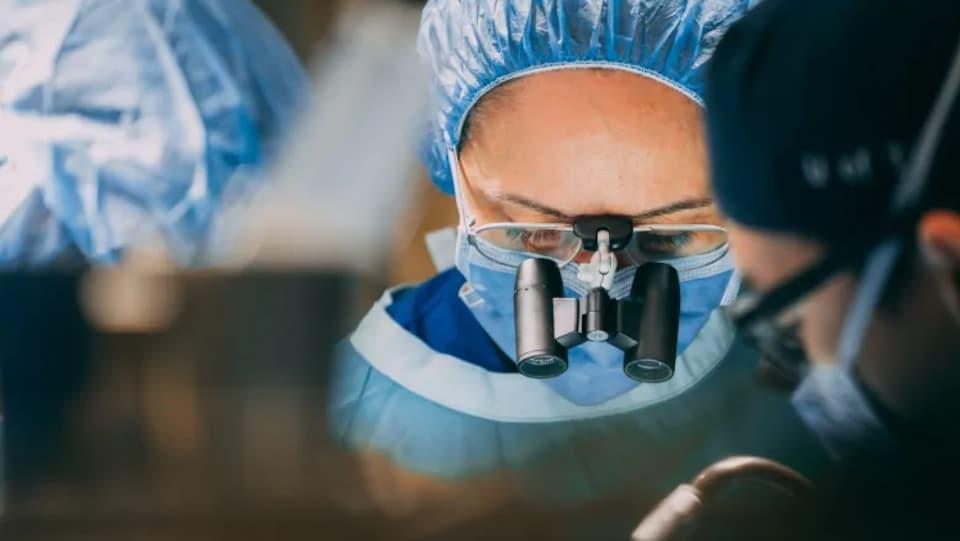 Une chirurgienne en salle d'opération.