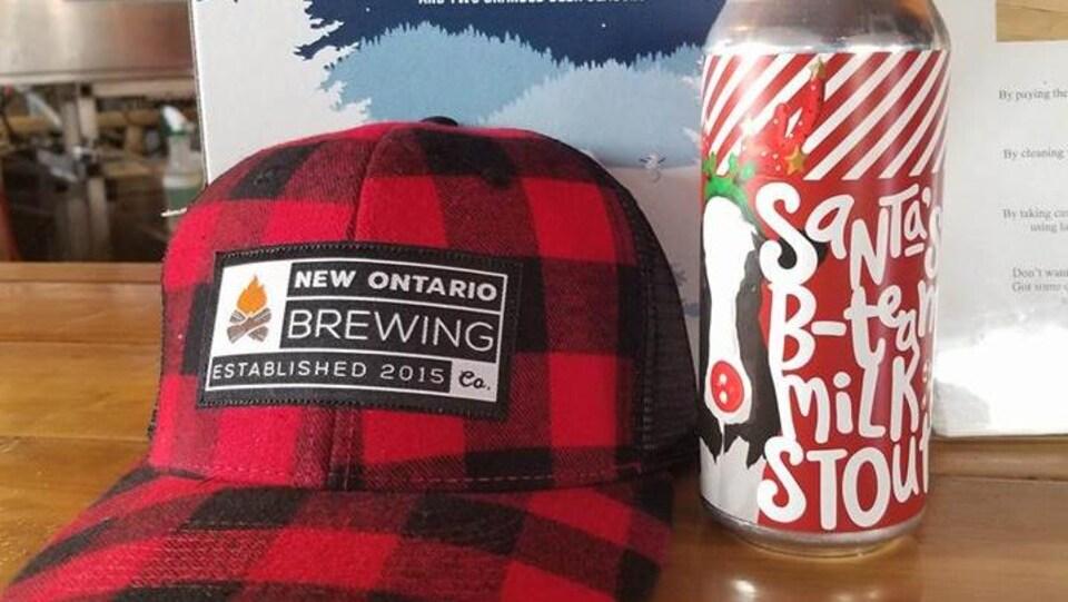 La bière de Noël et une casquette aux couleurs de la New Ontario Brewiing Company.