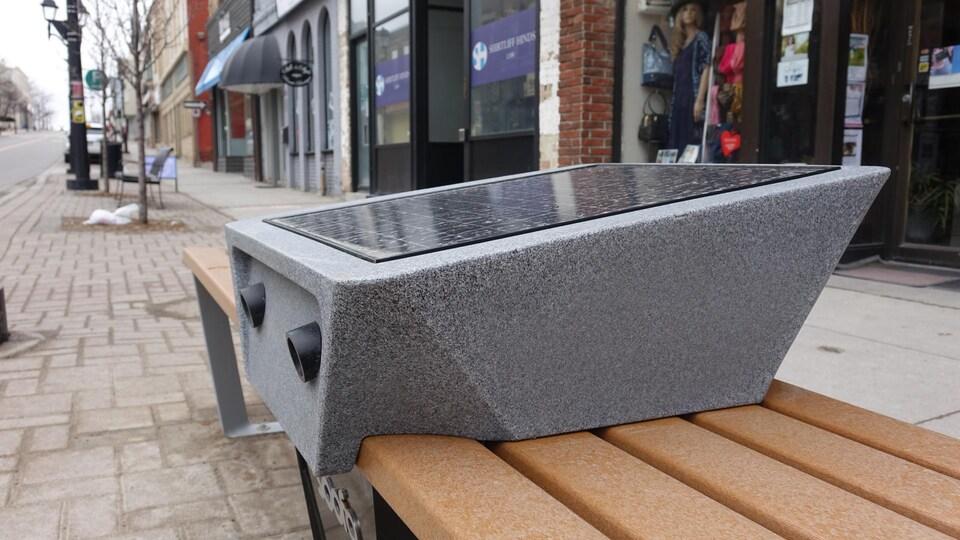 10 bancs et stations de recharge pour les appareils mobiles, alimentés à l'énergie solaire, ont été installés au centre-ville de Newmarket.