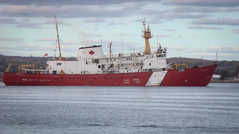 Un navire de la Garde côtière entre dans le port d'Halifax.