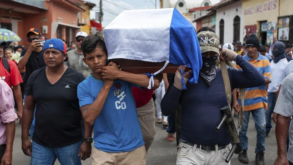 Funérailles d'un homme tué sur une barricade par la police et les forces paramilitaires au Nicaragua.