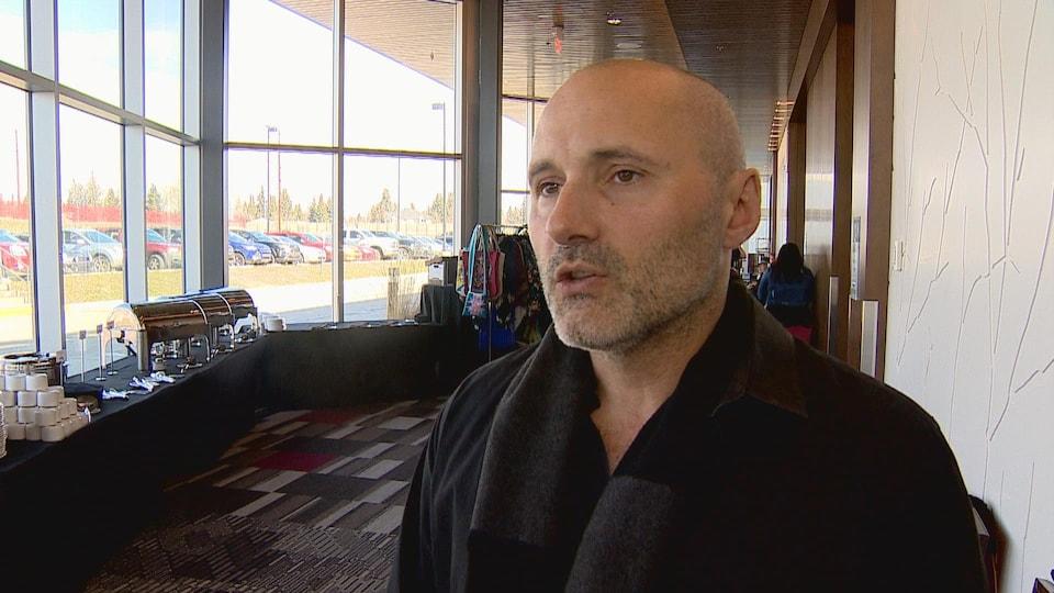 Nick Falvo se tient dans un hall d'hôtel de Calgary.