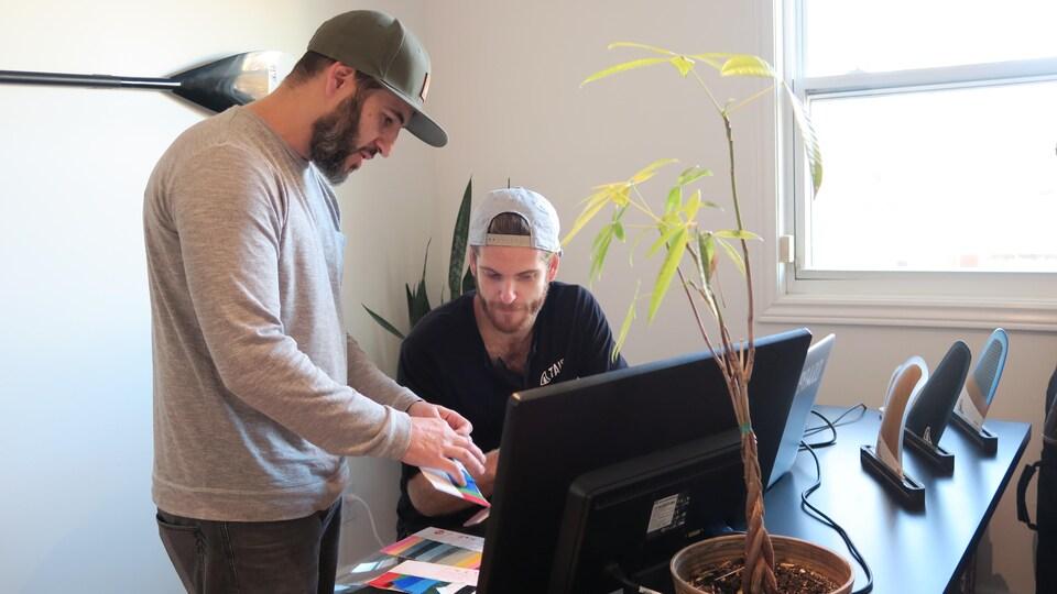Les confondateurs de Taiga Board, Nicolas Jolicoeur et Pascal Jolicoeur Mondou choisissent les matériaux qui seront utilisés pour produire un sac.