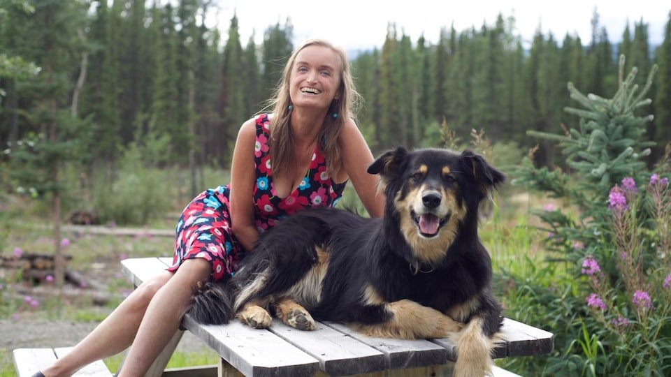 Nicole Edwards en compagnie d'un chien.